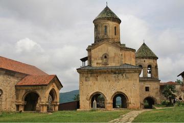 Гелатский монастырь Богородицы близ Кутаиси — наиболее значительный средневековый монастырь в Грузии.